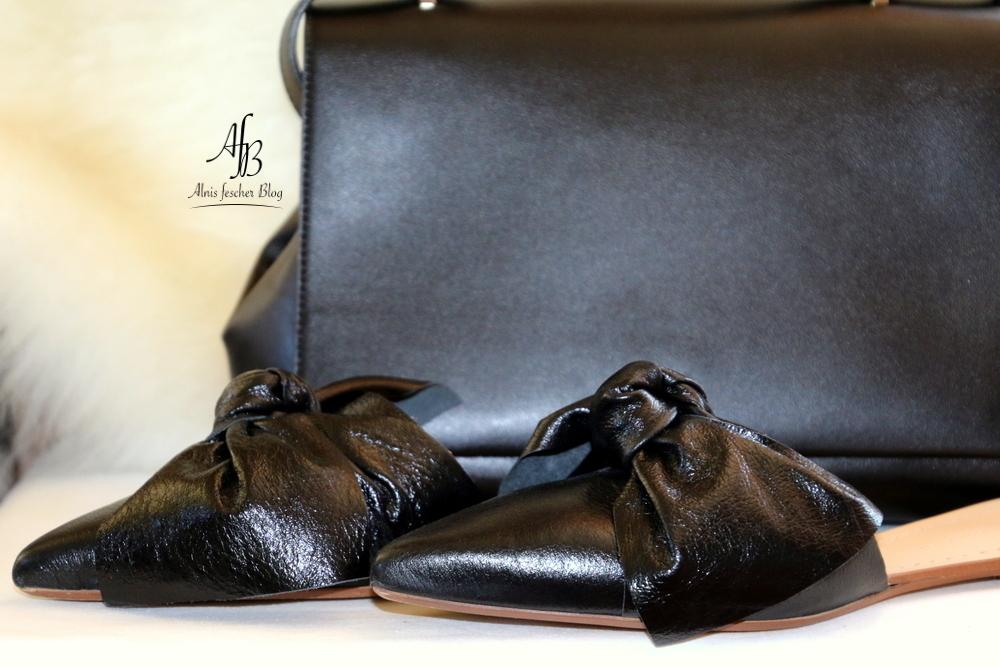 Black Accessories: Tasche und Pantoletten mit übergroßer Schleife