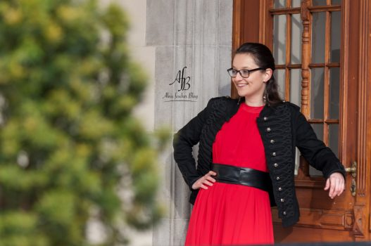 Weihnachtsoutfit: Rotes Kleid mit Military Jacke