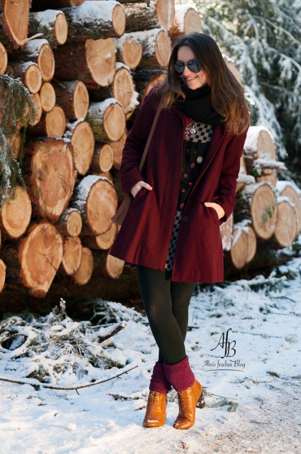 Outfit: Kleid mit Mantel und Socken über Stiefletten