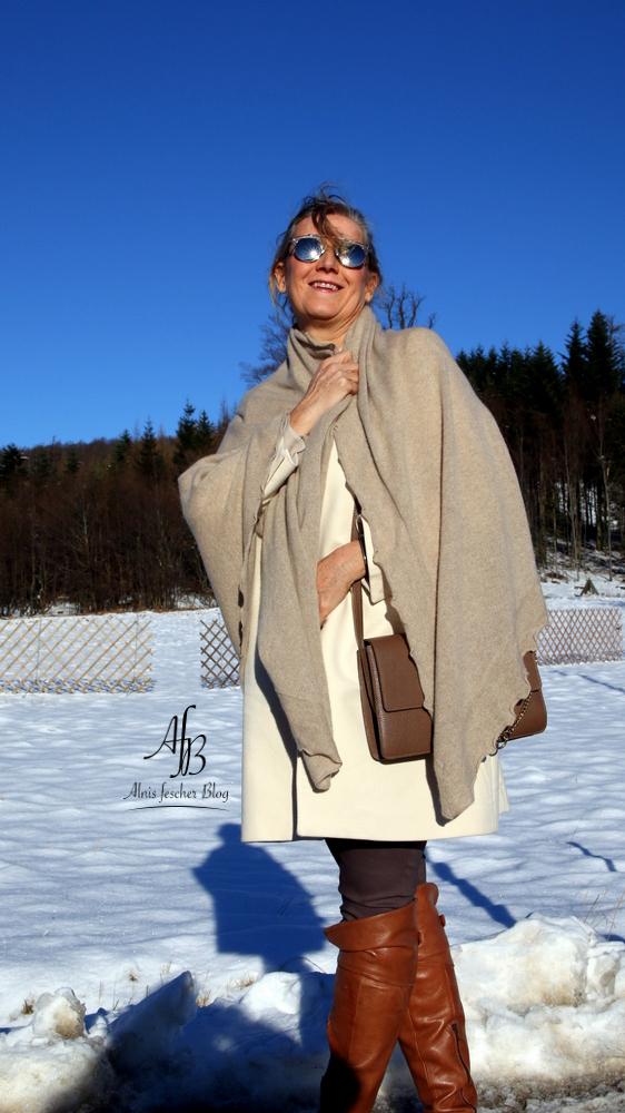 Outfit: Bluse mit Volants, Mantel und Reiterhose
