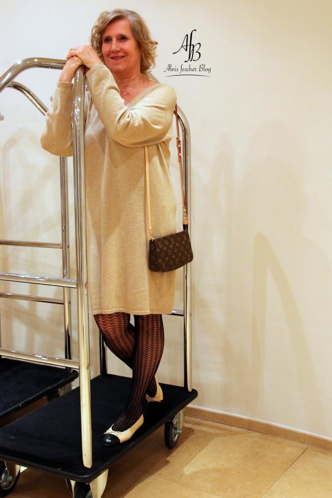 Outfit: Camel-Strickkleid und Chanel Ballerinas