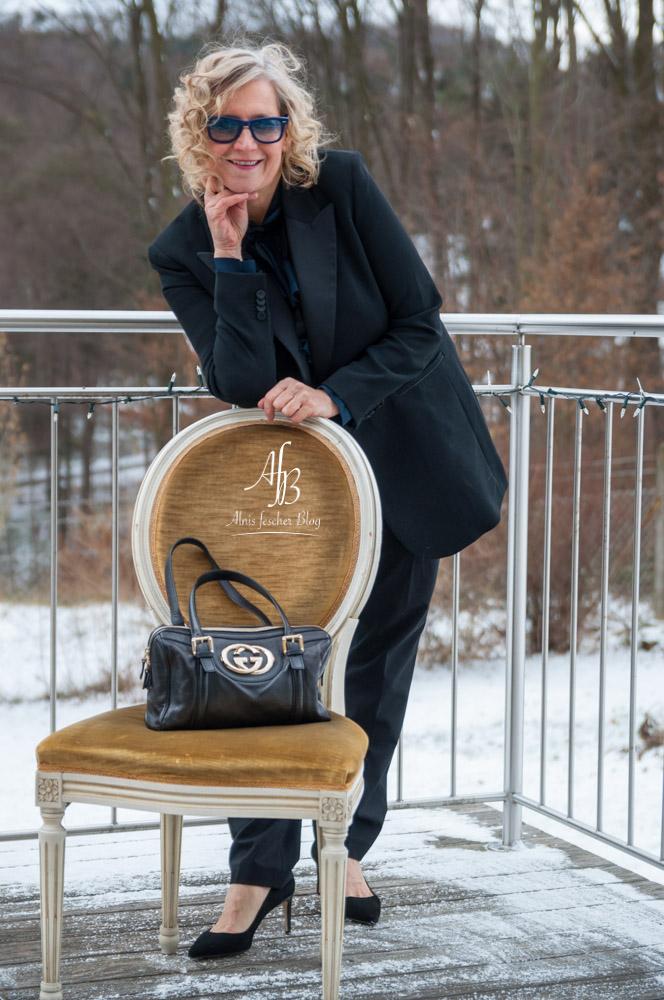 Outfit: Gucci Tasche, Schleifenbuse und Damen-Smoking