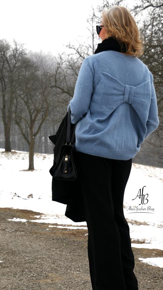 Outfit: Longblazer und Pullover mit Schleife am Rücken