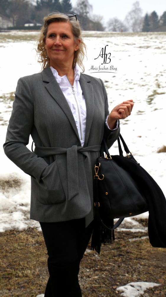 Business Outfit: Schwarze Jeans und weiße Volant-Bluse
