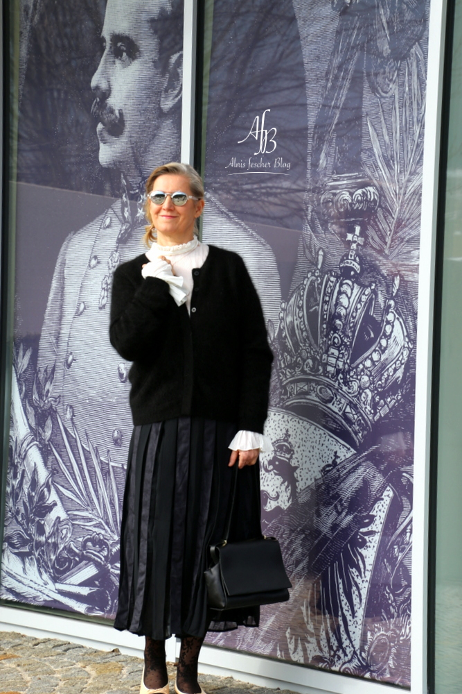 Outfit: Faltenrock, Volantbluse und Chanel Ballerinas