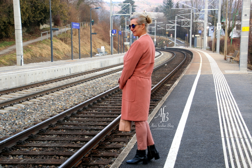 Outfit - Inspiration: Trenchcoat Ton in Ton mit 7/8 Hose