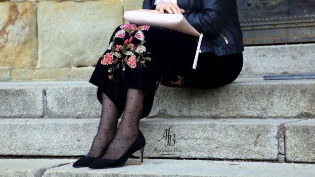 Outfit: Culotte mit Stickerei, Seidenbluse und Lederjacke