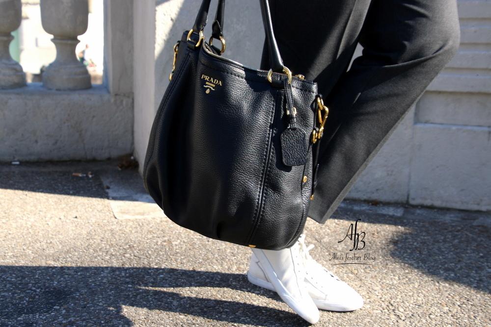 Outfit: Baggy Pants mit Seidenbluse und Lederjacke