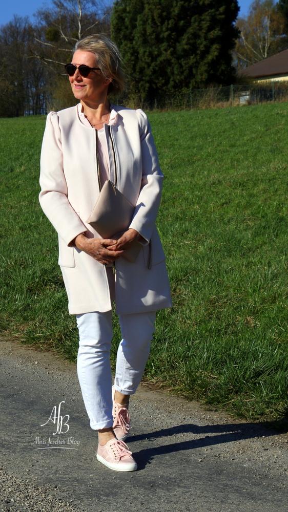 Outfit: Rosa Frühlingsmantel, Seidenbluse und Sneakers
