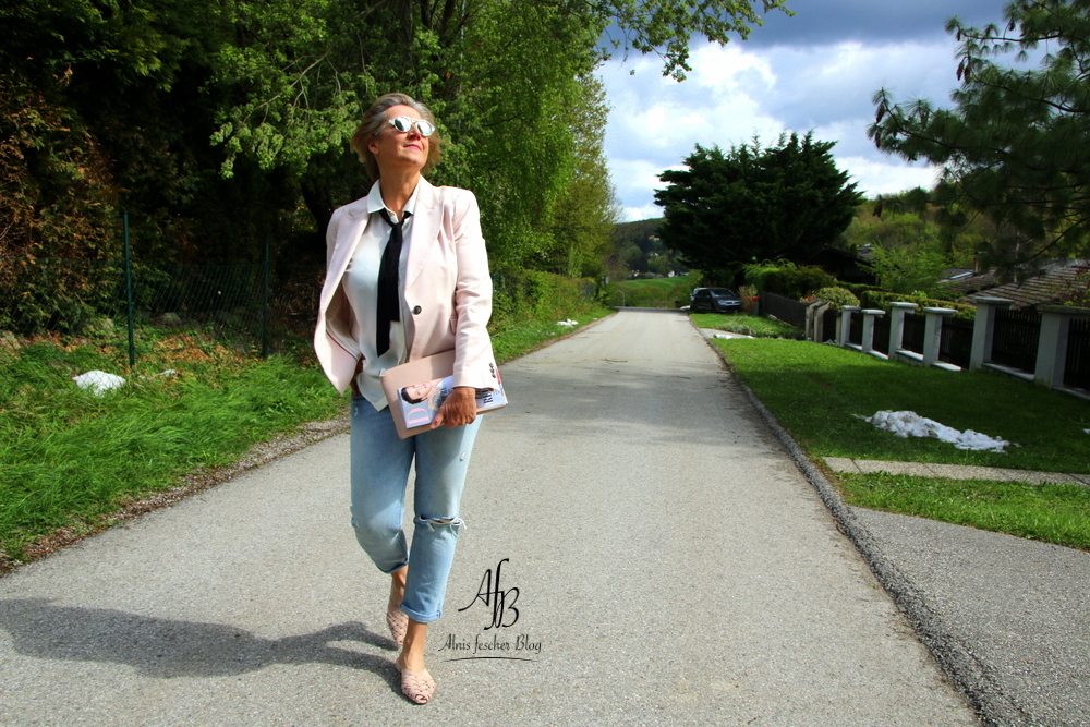 Outfit: Rosa Blazer mit Destroyed Jeans