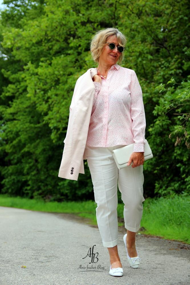 Outfit: Seidenbluse und rosa Blazer, Leinenhose und Ballerette