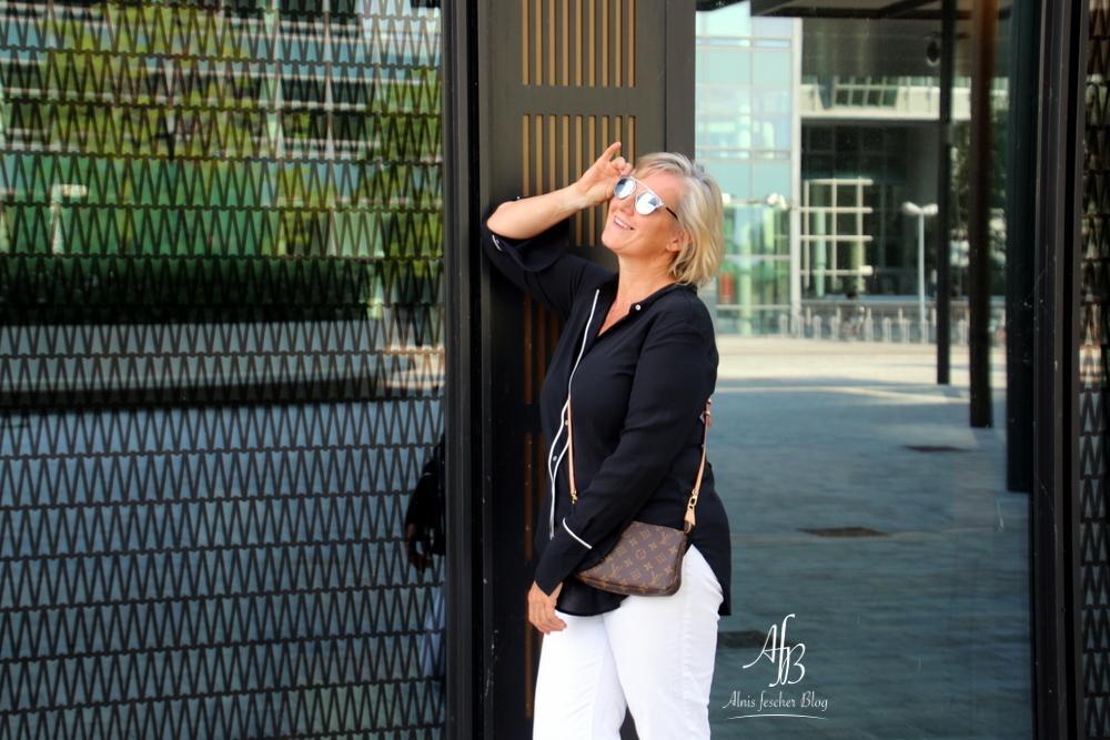 Outfit: Sommerliche Bluse und weiße Jeans