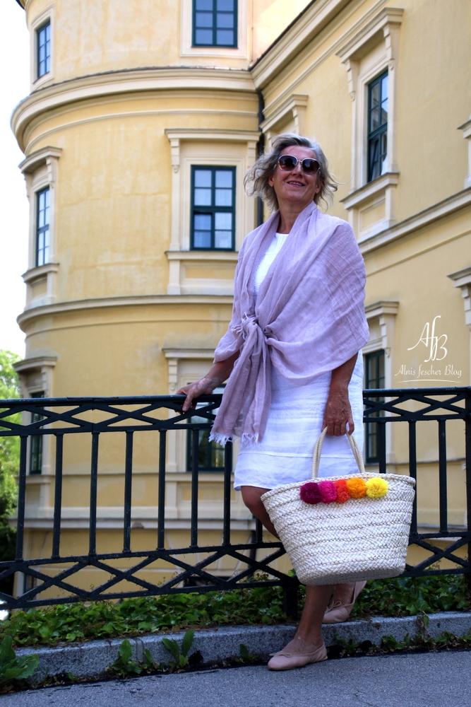 Sommeroutfit: Weißes Kleid und Strohtasche