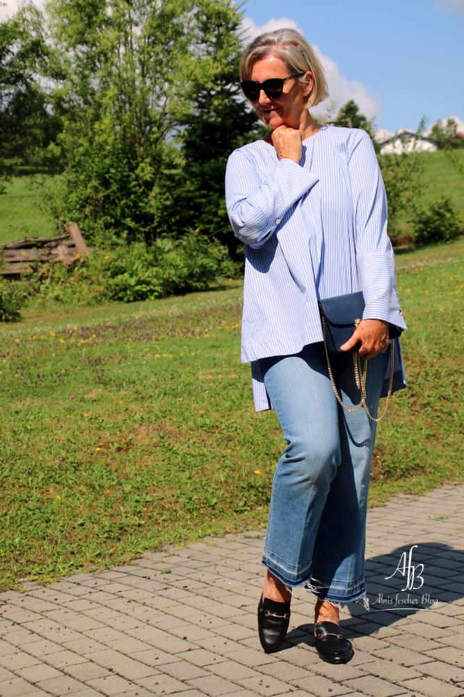 L ssige statementbluse mit flared jeans und pantoletten for Jeanshemd lang damen