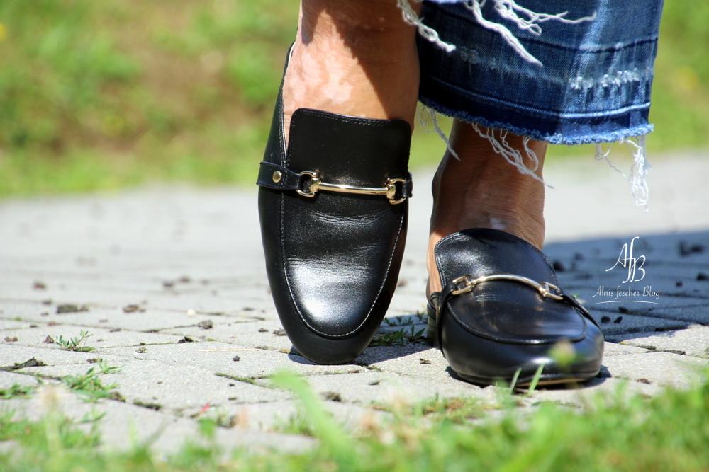 Lässige Statementbluse mit Flared Jeans und Pantoletten