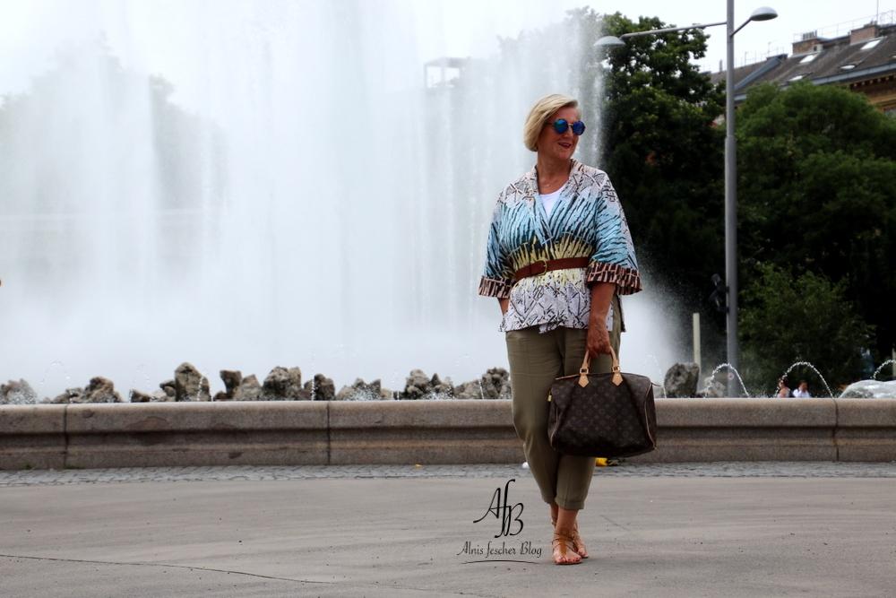 Outfit: Print-Jacke mit leichter Sommerhose und Ledersandale