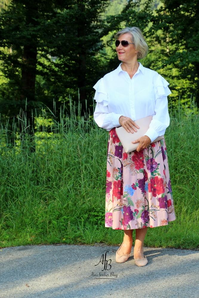 Outfit: Rock mit Blumenmuster und Volantbluse
