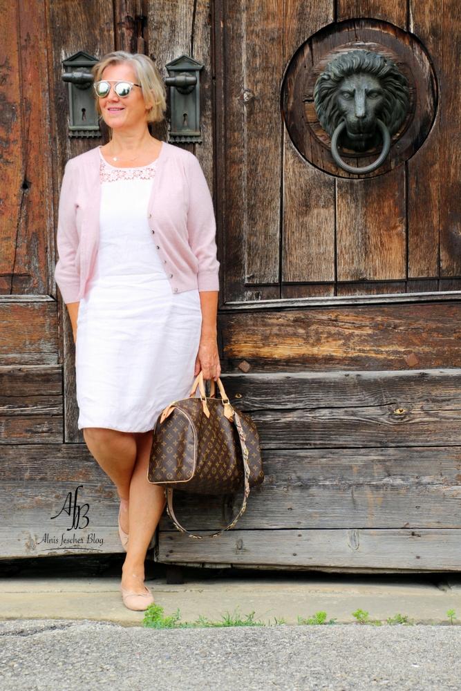Outfit: Leichtes Sommerkleid mit Kaschmirweste