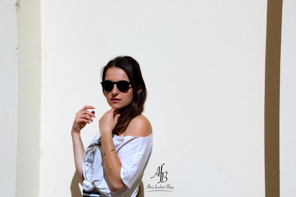 Sommeroutfit: Gestreifter Rock mit lässigem Print-Shirt