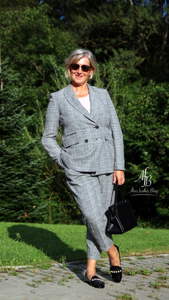 Outfit: Blazer und Hose im Prince-of-Wales-Check