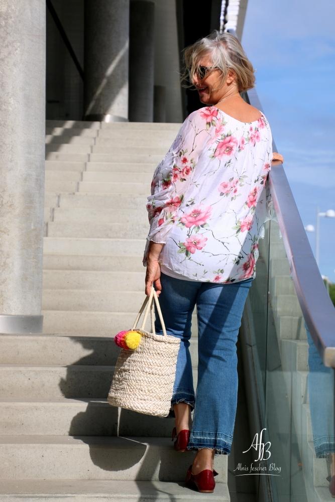 Outfit: Sommerprint-Bluse mit Flared Jeans und trendy Ballerinas