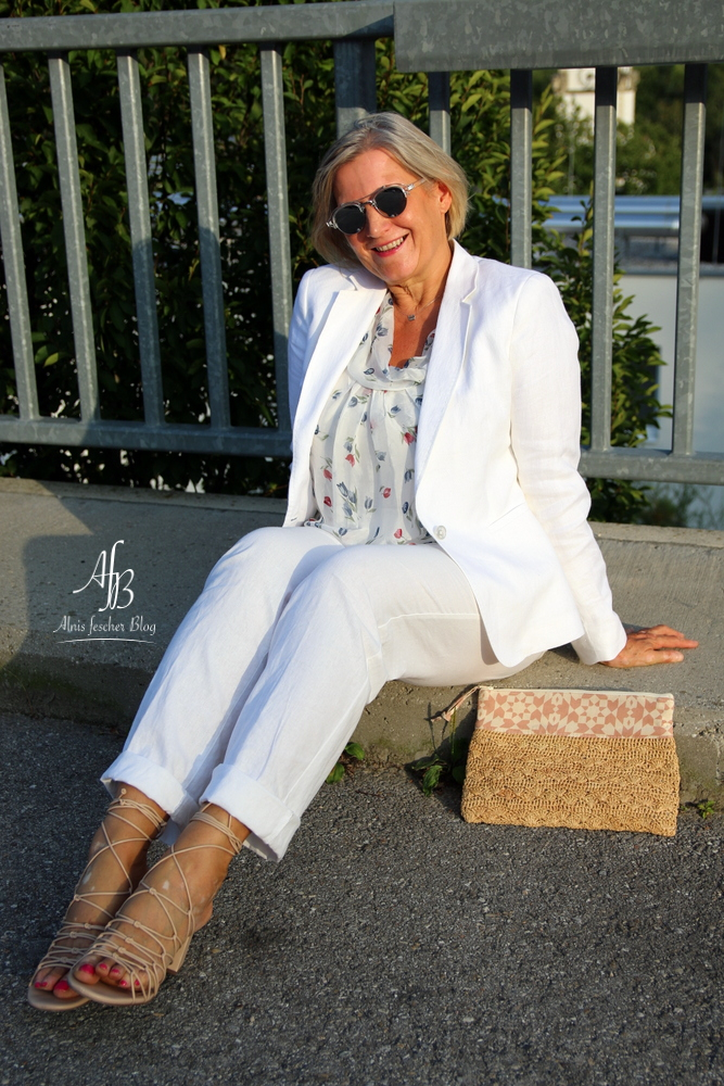 Outfit: Leichte Sommerbluse, Blazer und Hose aus Leinen in Weiß