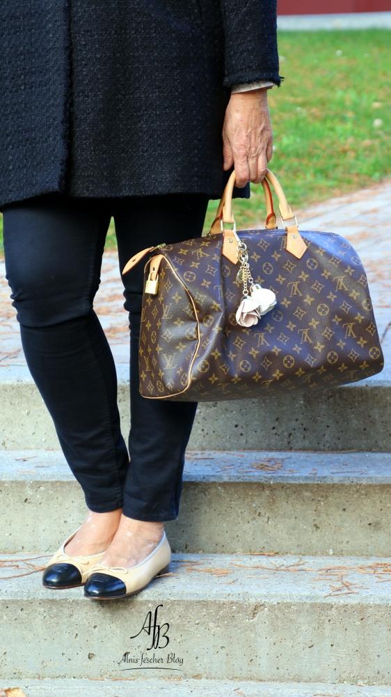Outfit: Schwarze Jacke im Chanel-Stil, Chanel-Ballerinas und Louis Vuitton