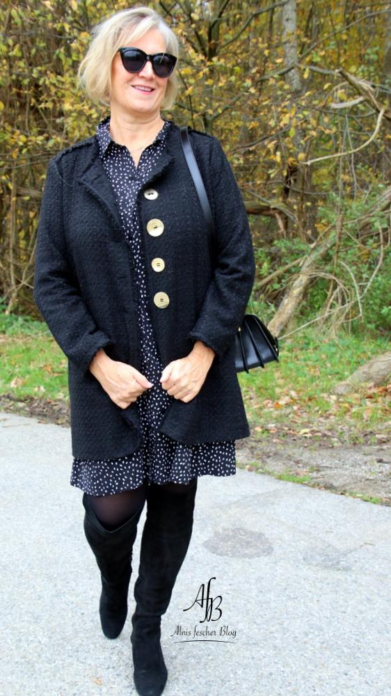 Outfit: Mantel im Chanel-Stil, Kleid und Overknees