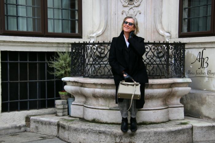 Outfit: Klassischer Mantel, Volantbluse und Glencheck Hose