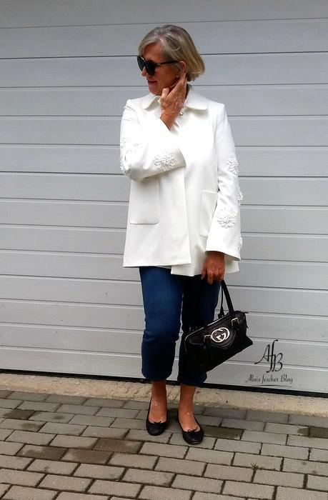 Outfit: Jacke mit Applikationen und lässige Jeans