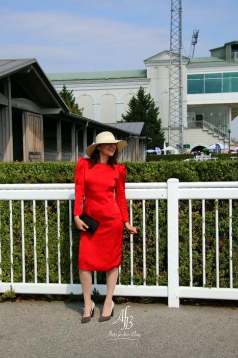 Rotes Vintagekleid auf der Trabrennbahn