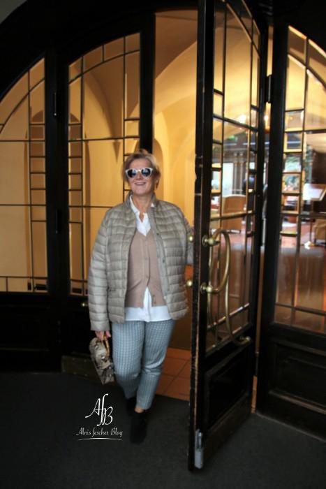 Beige Daunenjacken Kombination im Hotel König von Ungarn